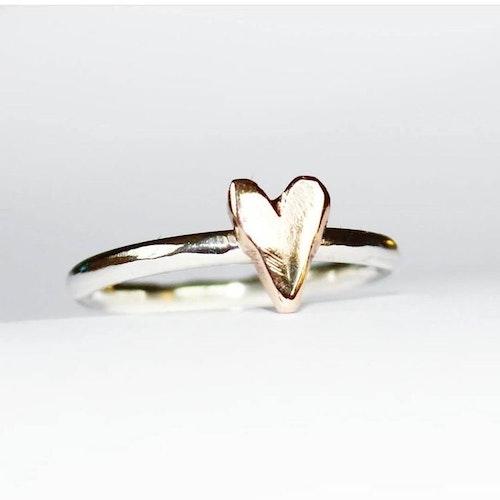Slät hjärtansring med hjärta i brons