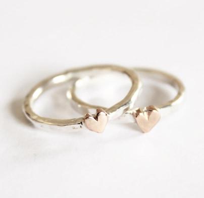 Hamrad hjärtansring med bronshjärta