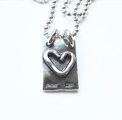 Silverhjärta på oxiderad platta