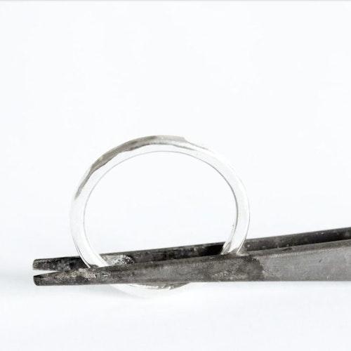 Hamrad silverring mellan