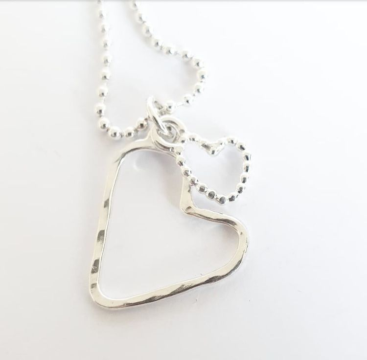 Halsband med två hjärtan