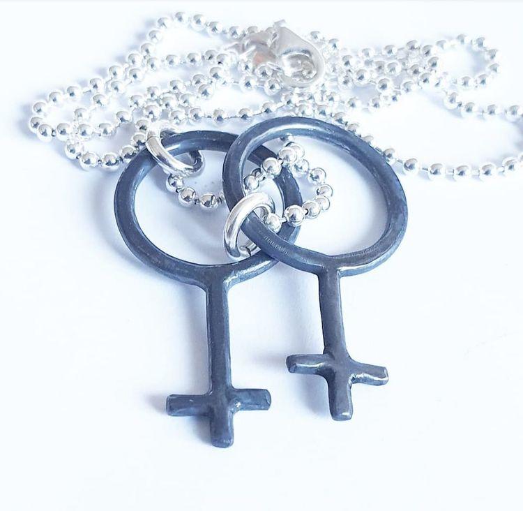 Kvinnomärket i oxiderat silver