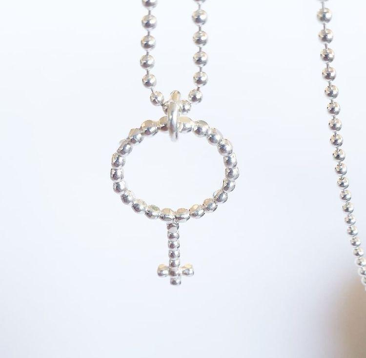 Kvinnomärket kulor - halsband