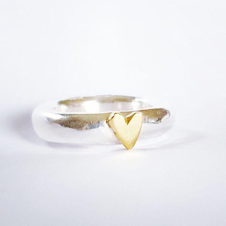 Chunky ring i äkta silver med handsågat hjärta i mässing