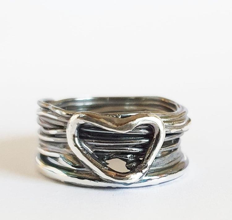Oxiderad bred silverring med hjärta