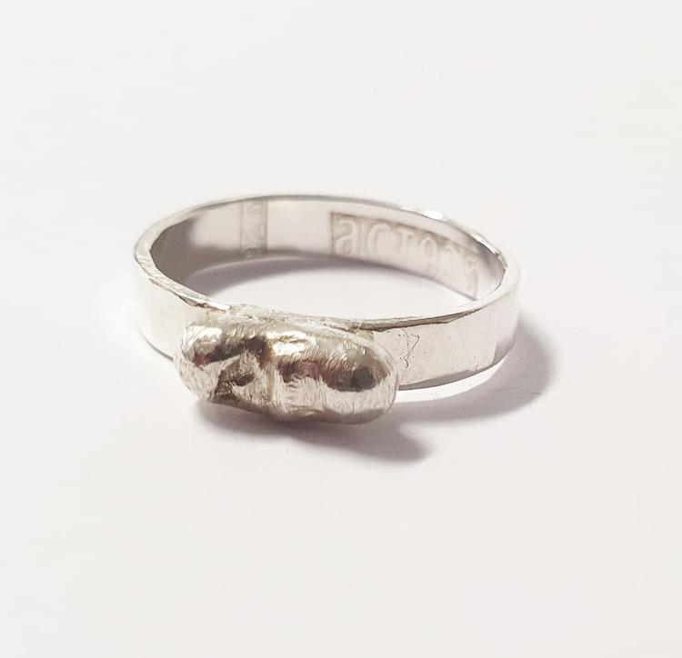 Lätt hamrad silverring med silverplupp