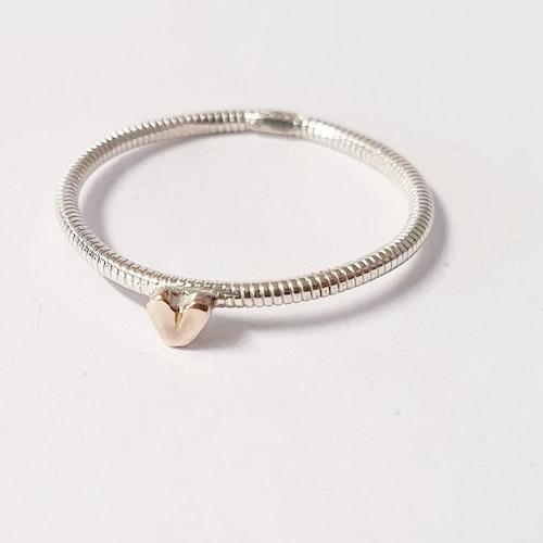 Tunn hjärtansring med litet handsågat bronshjärta