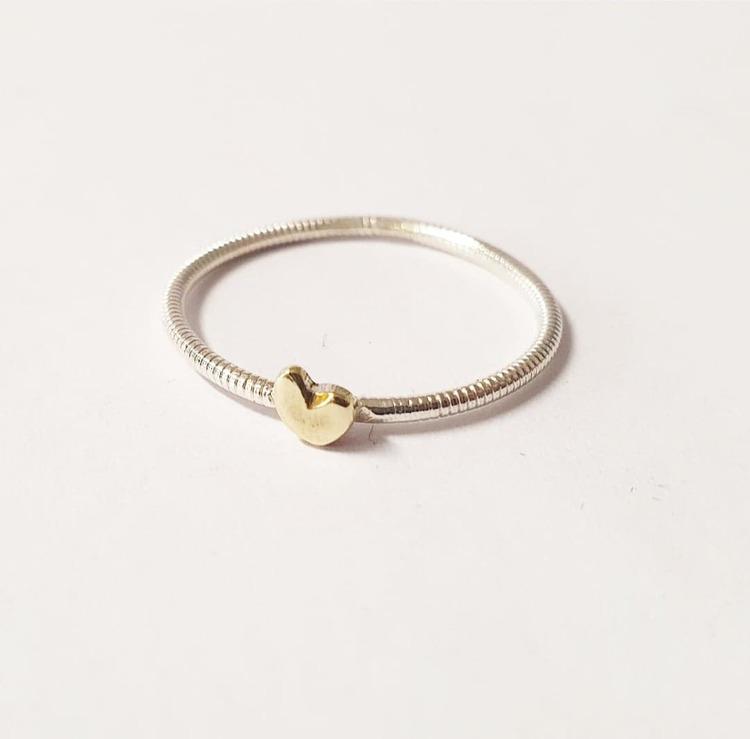 Tunn handgjord silverring med litet handsågat hjärta i mässing