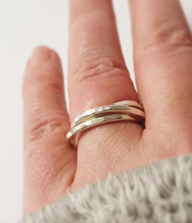 En ring av tre hamrade ringar