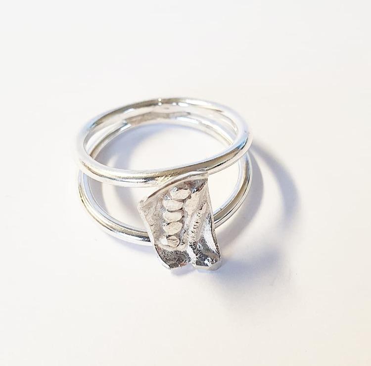 En handgjord silverring med dubbla ringskenor