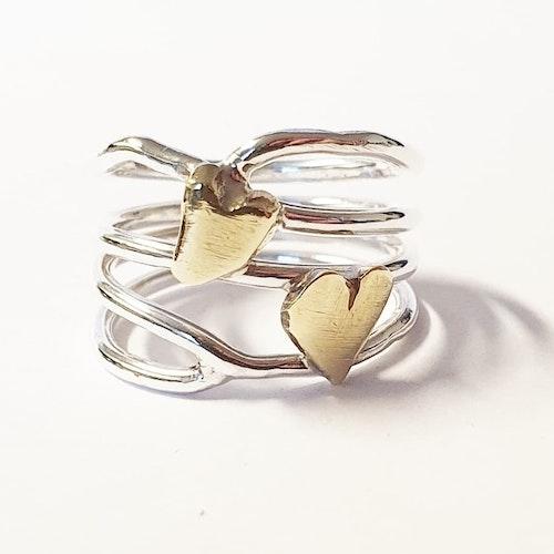 Luftig silverring med dubbla mässinghjärtan