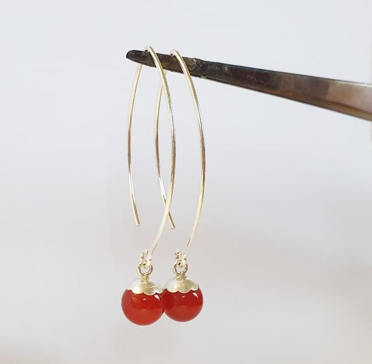 Silverörhängen med röd carneol på båge