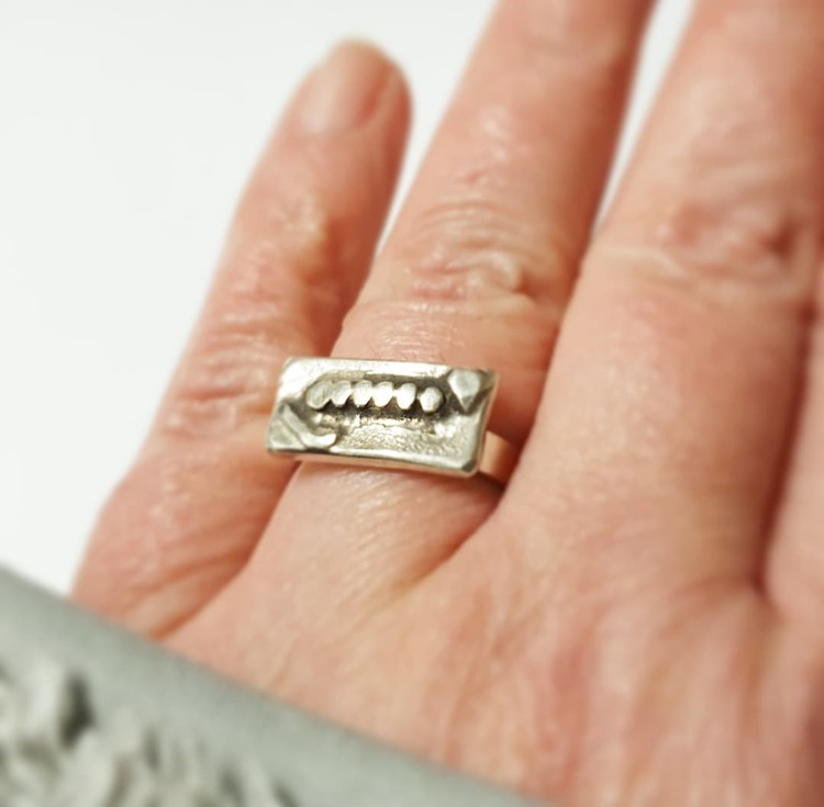 En originell silverring, oxiderad