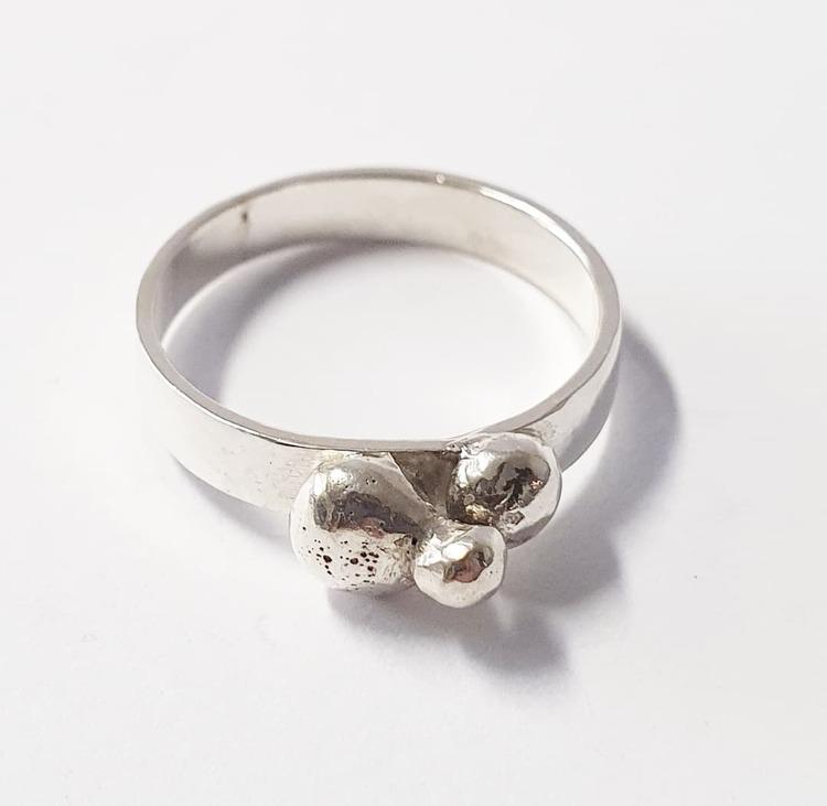 Silverring med återvunnet silver i pluttarna.