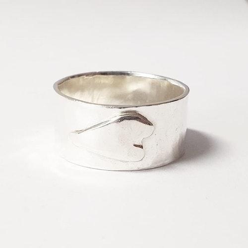 Bred lätt hamrad silverring med handsågat silverhjärta