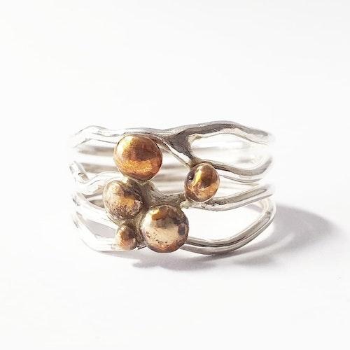 En luftig ring med bronspluttar