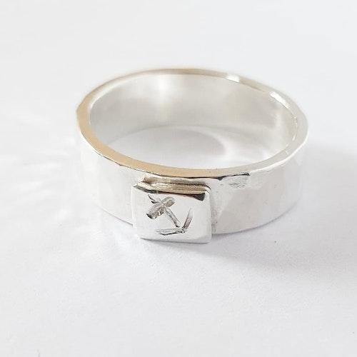 Hamrad silverring med ankare - mellanbred