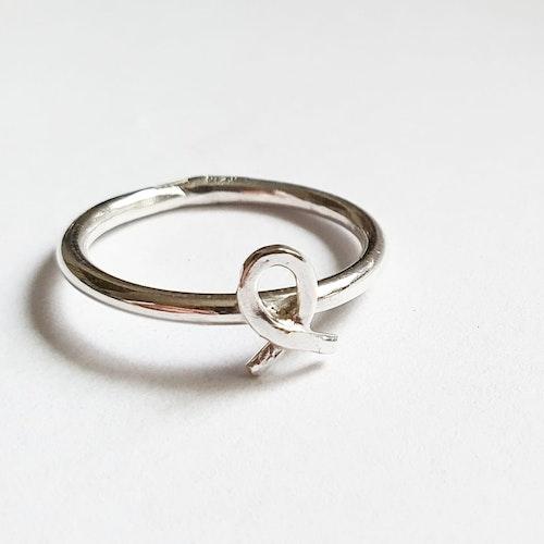 Rosa bandet i äkta silver på en slät silverring