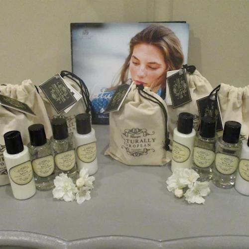 Resekit 4 produkter i liten bag med doft av Päron/Freezia