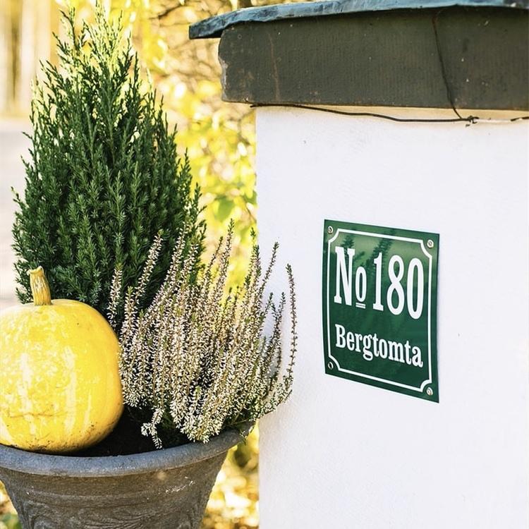 Husnummerskylt grönvit 20x20cm