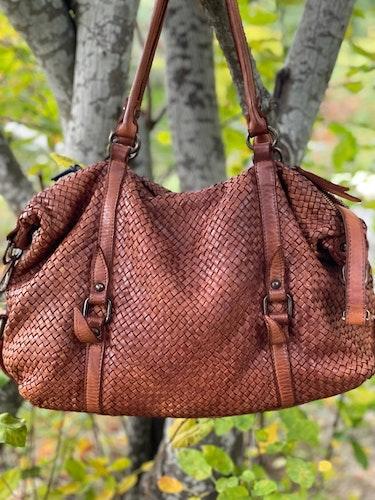 Väska i vävt läder stor