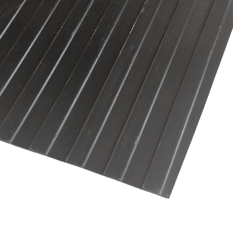 Bredräfflad gummiduk,  Ytan på mattan är även smuts-, olje- och fettavvisande.