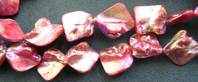 Snäckskalspärlor - Romb - Läkerol röd - 4st
