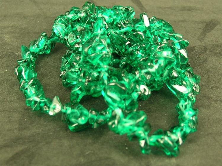 Glaspärlor - Glaschips - Emerald Smaragd Grön - 1sträng
