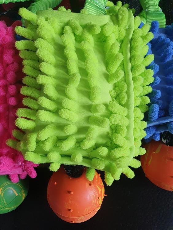 Leksak i microfiber med boll