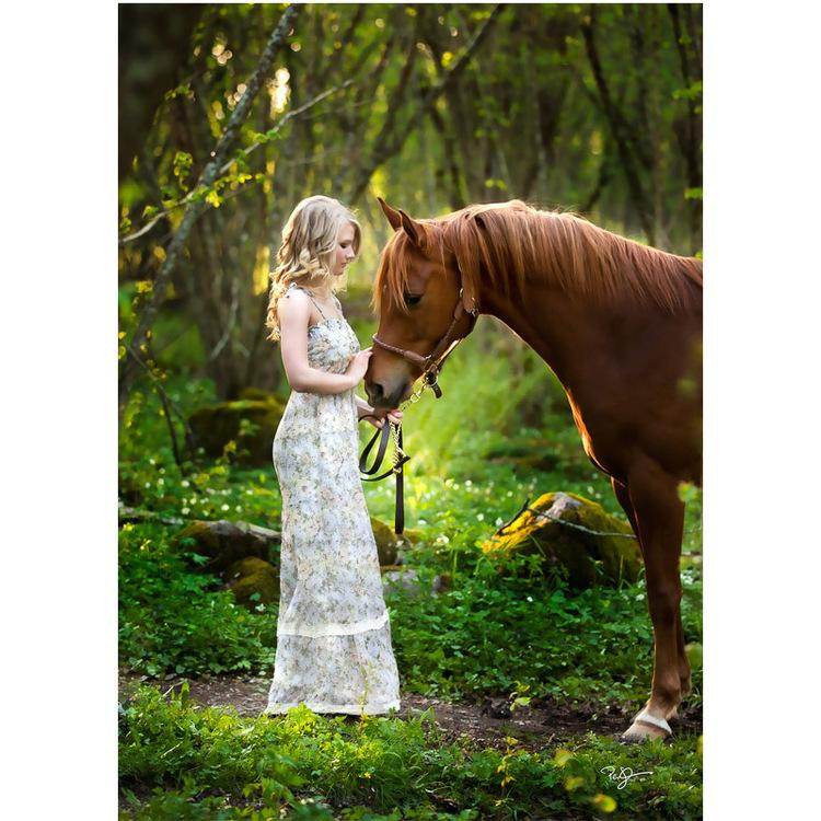 Vykort  - Häst med flicka. Foto: Per Johansson -  Joanzon. Kortbutiken säljer detta vykort.