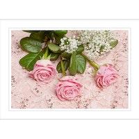 Rosor på rosa tyg