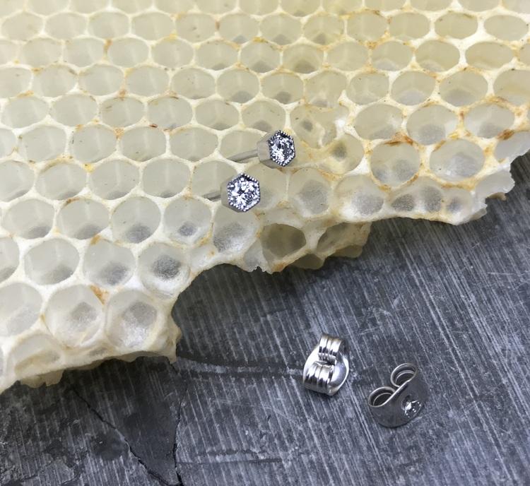 """""""Hexagon"""" örhänge i vitt guld och diamanter"""