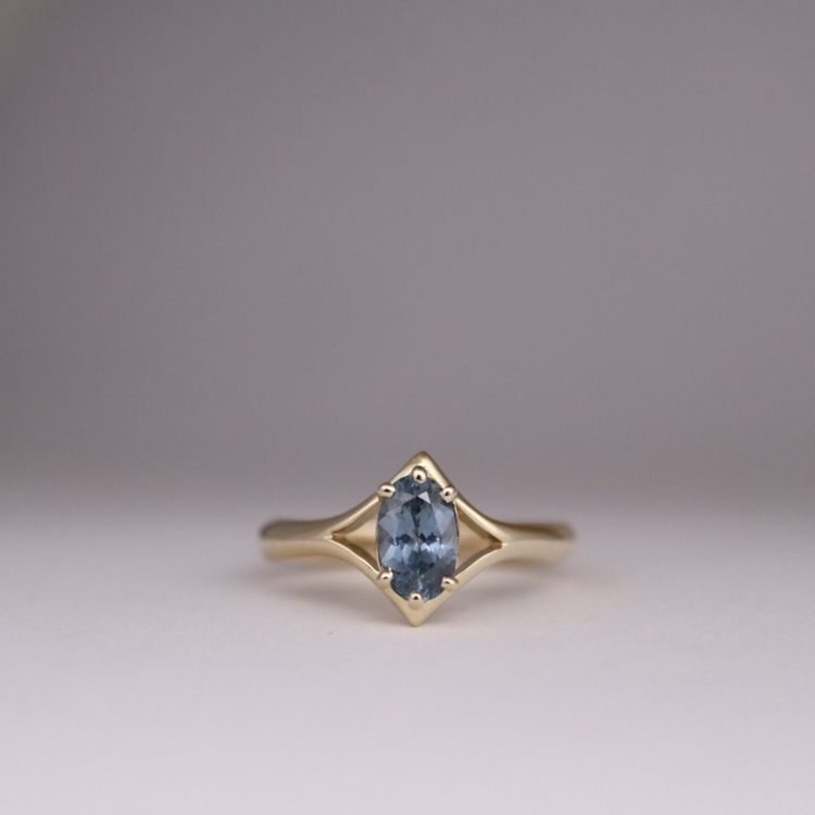 Ring med oval safir