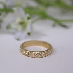"""""""Morgondagg"""" guldring med vita diamanter"""