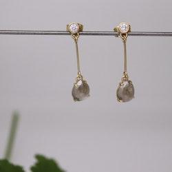 Diamantörhängen med droppformade rosenslipade diamanter