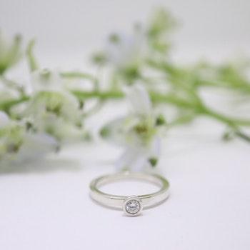 """Anemon"" guldring med 0,14 ct vit diamant"