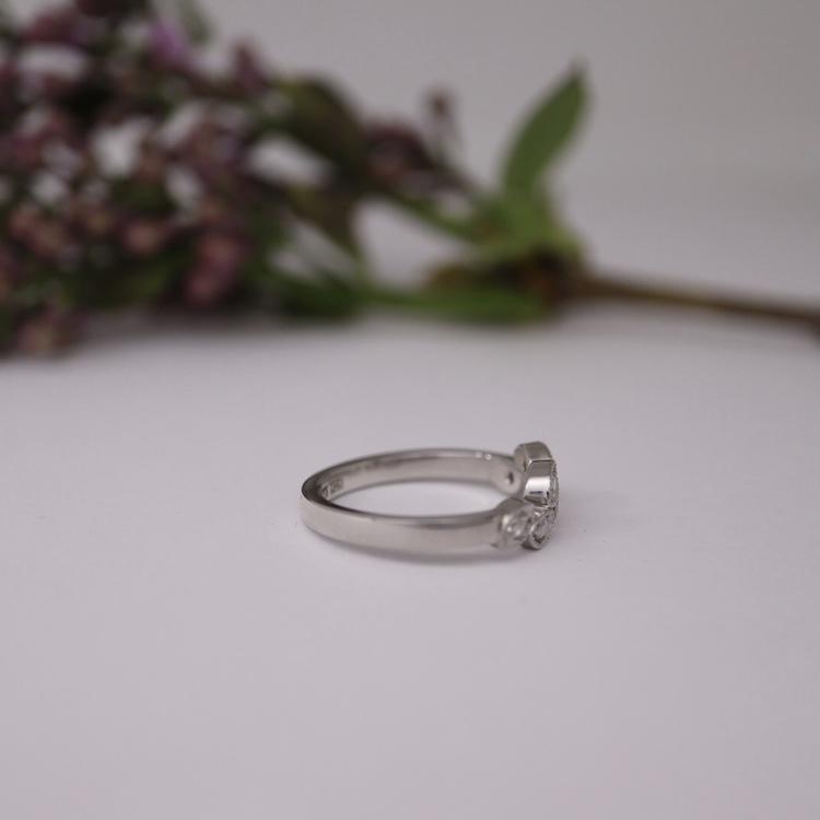 """""""Vintergröna"""" guldring med vita diamanter"""