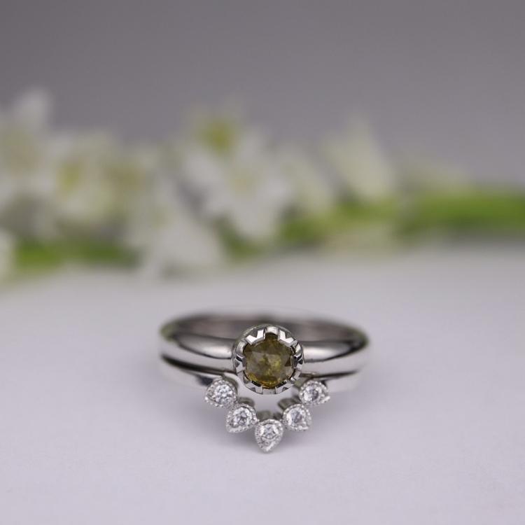"""""""Myskmadra""""  guldring med vita diamanter"""