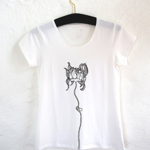 Handmålad vit t-shirt