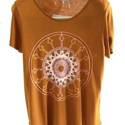 Allmoge mandala - Ockra gul t-shirt