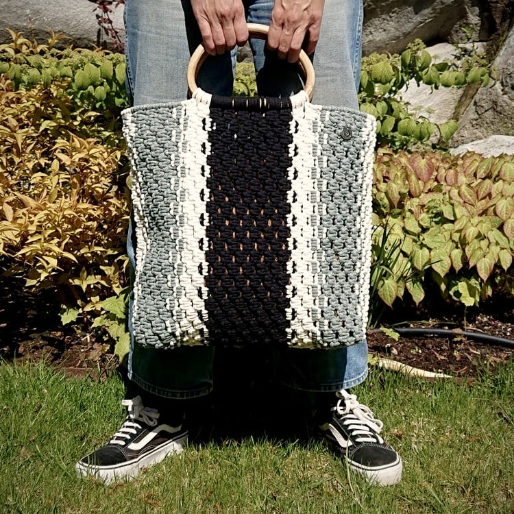 Trefärgad väska med handtag av trä