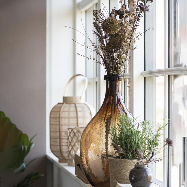 Stor brun vas i glas