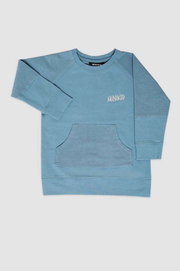 MINIKID ljusblå sweatshirt med ficka för barn.