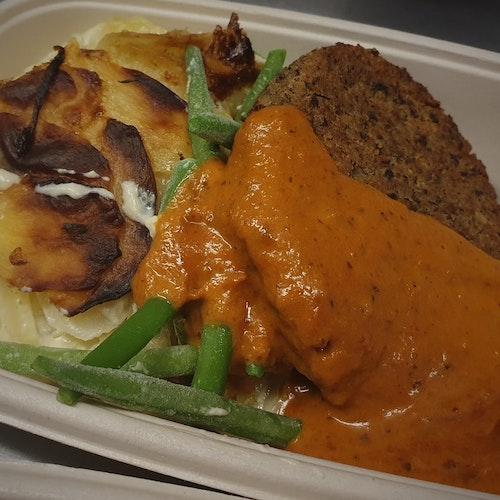 Baljväxtbiff med potatisgratäng, rostad paprikasås & vaxbönor (lakto ovo veg)