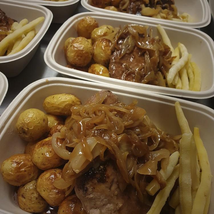 Pannbiff med skysås, brynt lök, rostad potatis & vaxbönor
