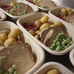 Köttfärslimpa med gräddsås, kokt potatis, ärtor & lingon