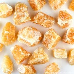 Orange kalcit, rå stenar