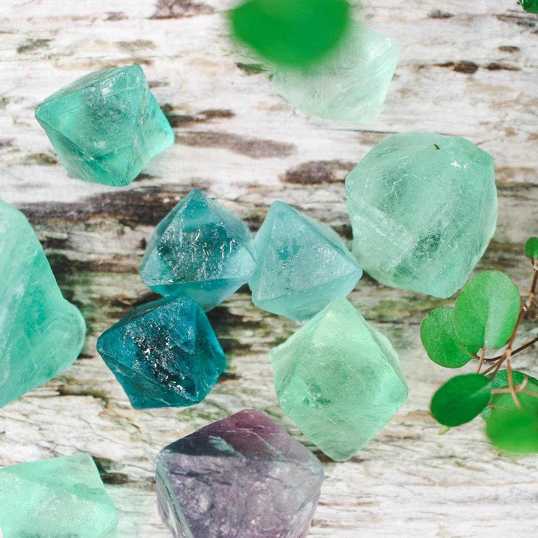 Fluorit, gröna naturliga kristaller