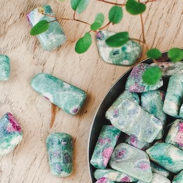 Fuchsit med Rubin, trumlade stenar