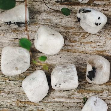 Regnbågsmånsten, trumlade stenar